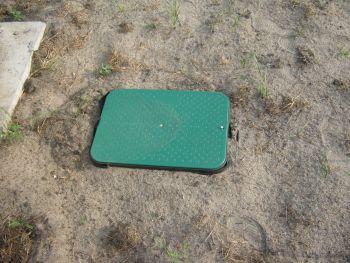 skrzynka z instalacją nawadniającą zakopana w ogrodzie
